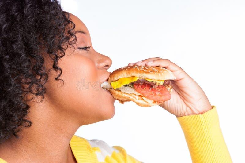 Frau, die Burger isst stockfotografie