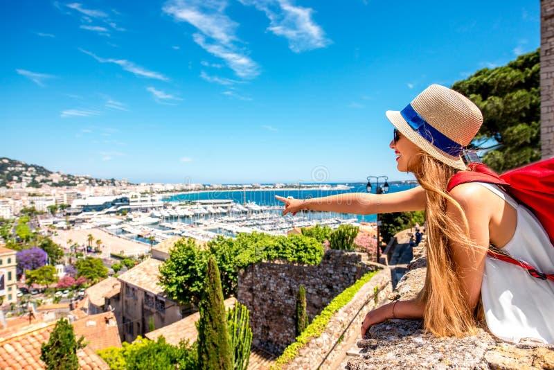 Frau, die in Cannes reist lizenzfreie stockfotografie
