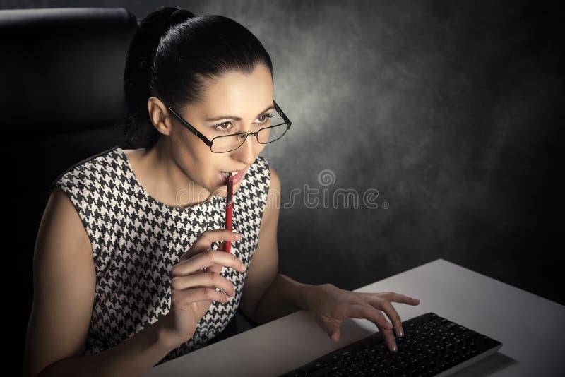 Frau, die Computer verwendet lizenzfreies stockfoto