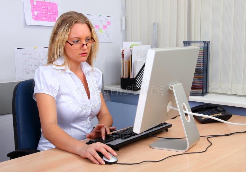 Frau, die Computer verwendet stockfotos