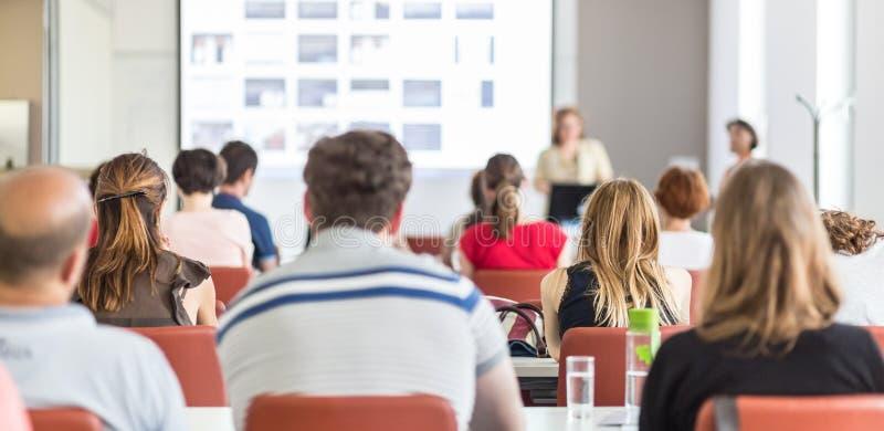 Frau, die Darstellung im Vorlesungssal an der Universität gibt lizenzfreies stockbild