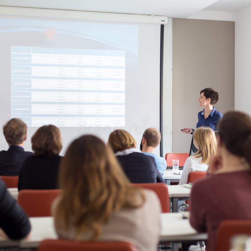 Frau, die Darstellung im Vorlesungssal an der Universität gibt stockbild