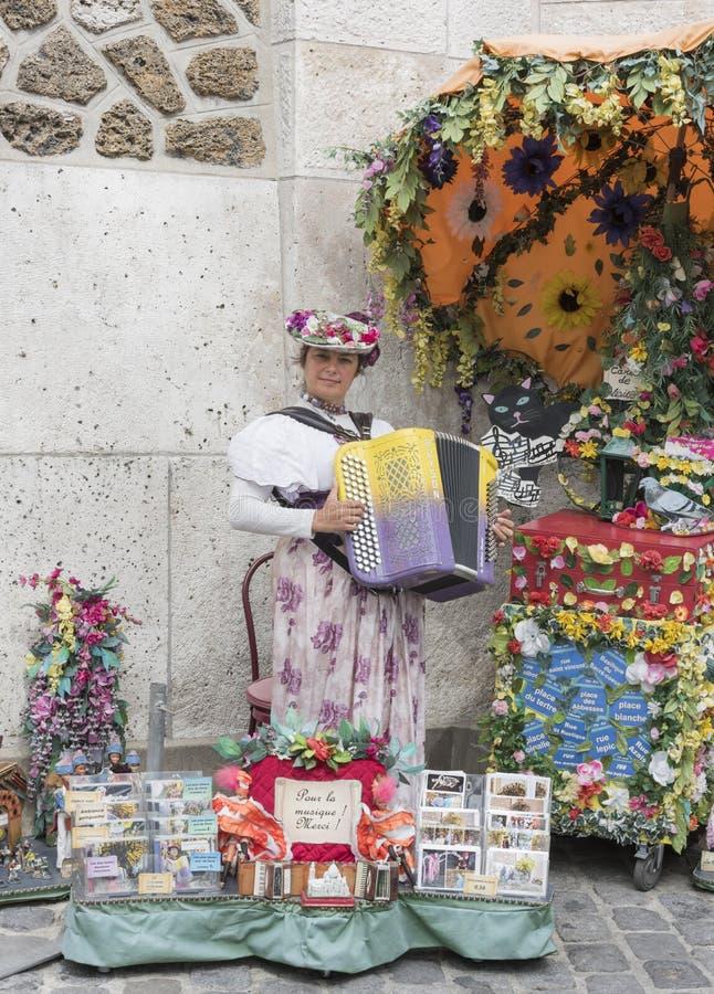 Frau, die das Akkordeon an der Basilika Sakre-Coeur in Montm spielt lizenzfreie stockfotos