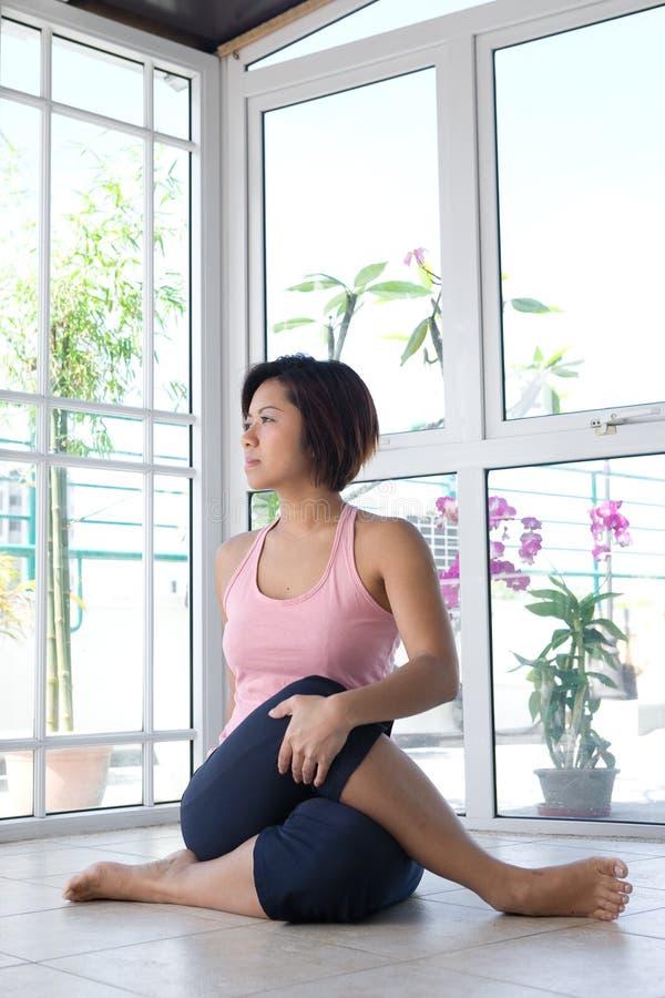 Frau, die das Ausdehnen ihrer Rückenübung tut. lizenzfreie stockfotos