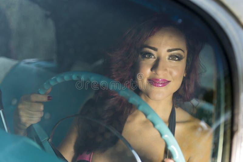Frau, die das Auto glücklich antreibt stockbilder