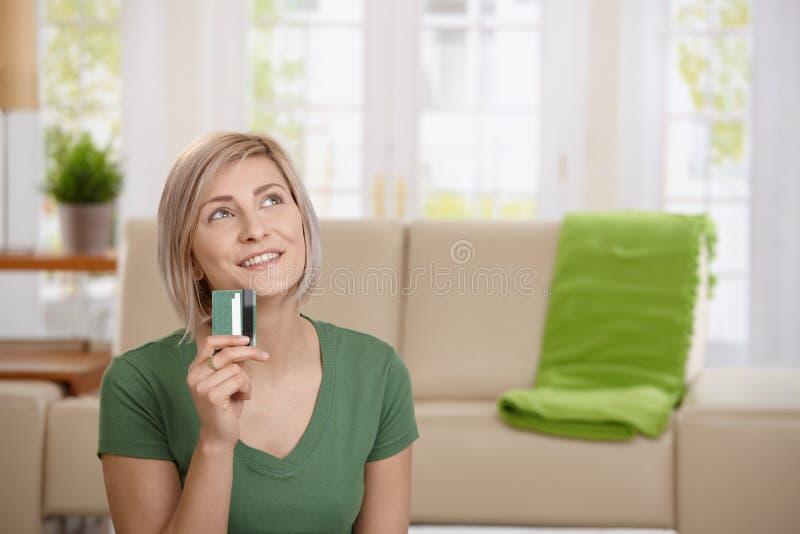 Frau, die an das Einkaufen denkt stockfoto