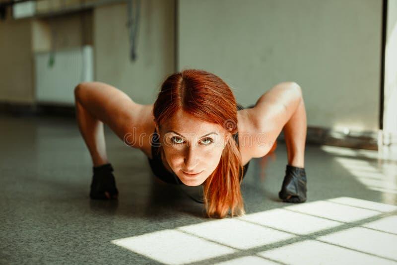 Frau, die das Handeln drückt, ups stockfotografie