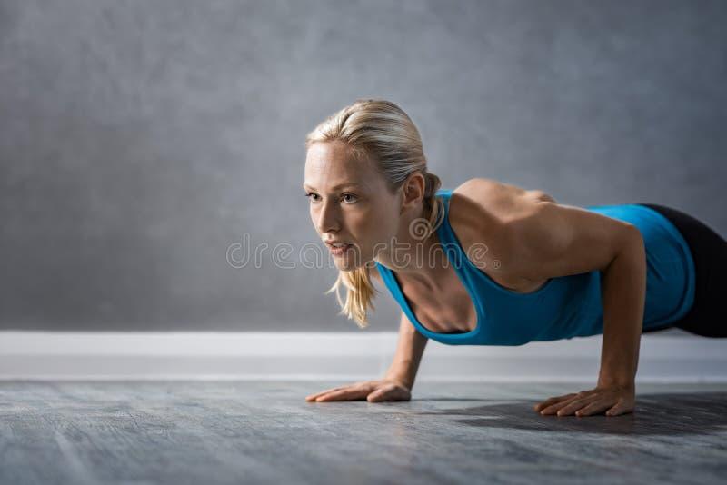 Frau, die das Handeln drückt, ups lizenzfreies stockbild