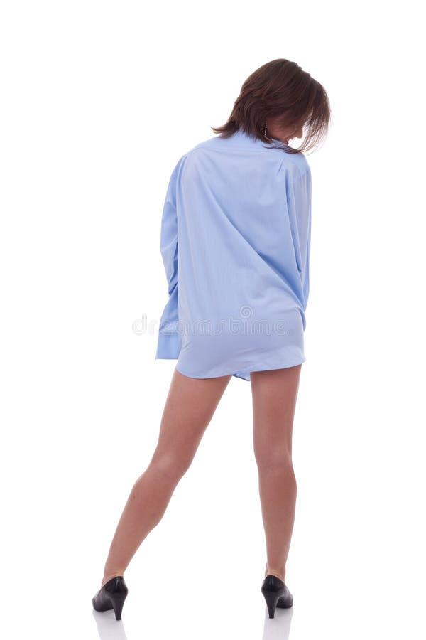 Frau, die das Hemd eines Mannes trägt stockbild