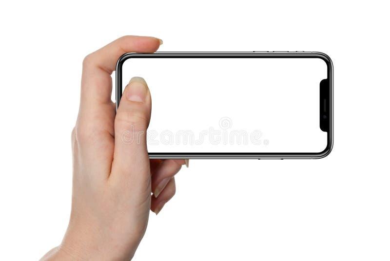 Frau, die das intelligente Telefon lokalisiert auf Weiß zeigt lizenzfreie stockbilder