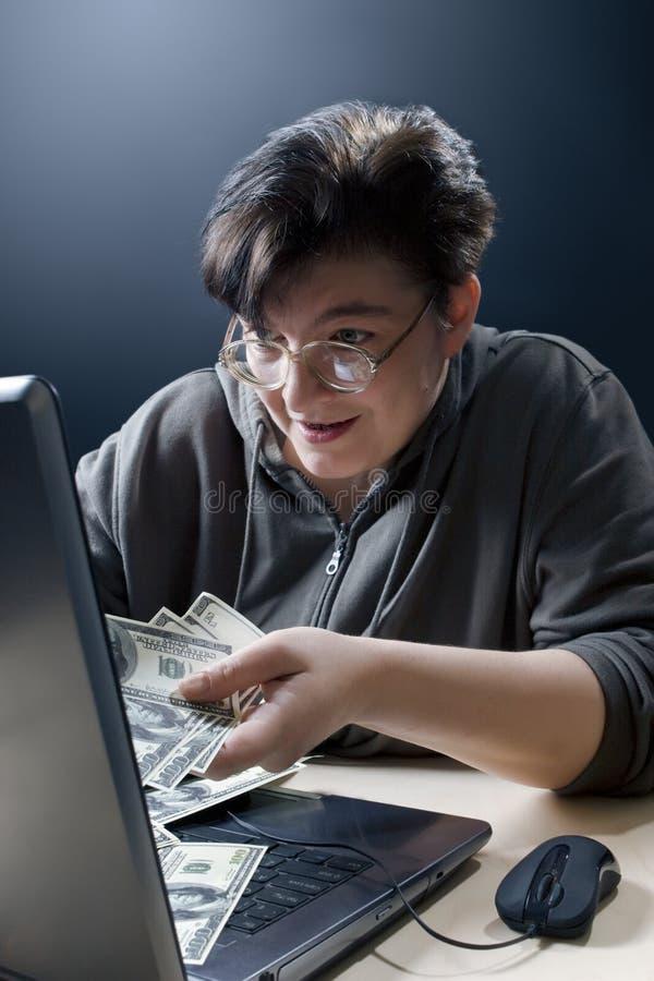 Frau, die das Internet-Einkaufen tut stockbild