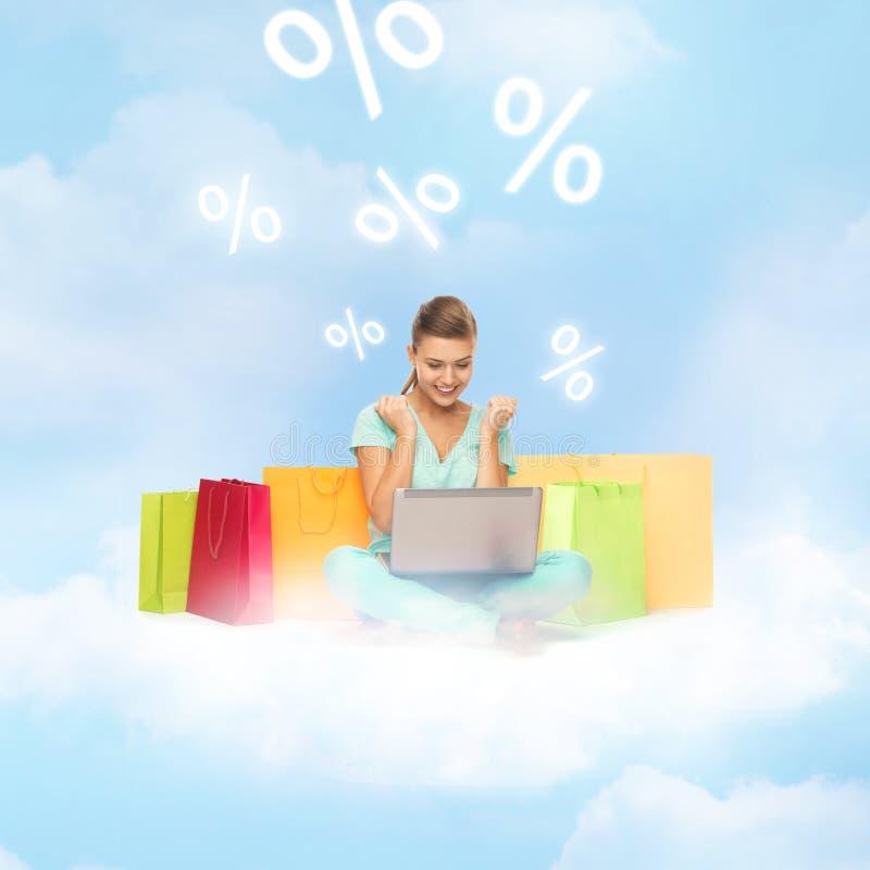 Frau, die das Internet-Einkaufen tut lizenzfreie stockbilder