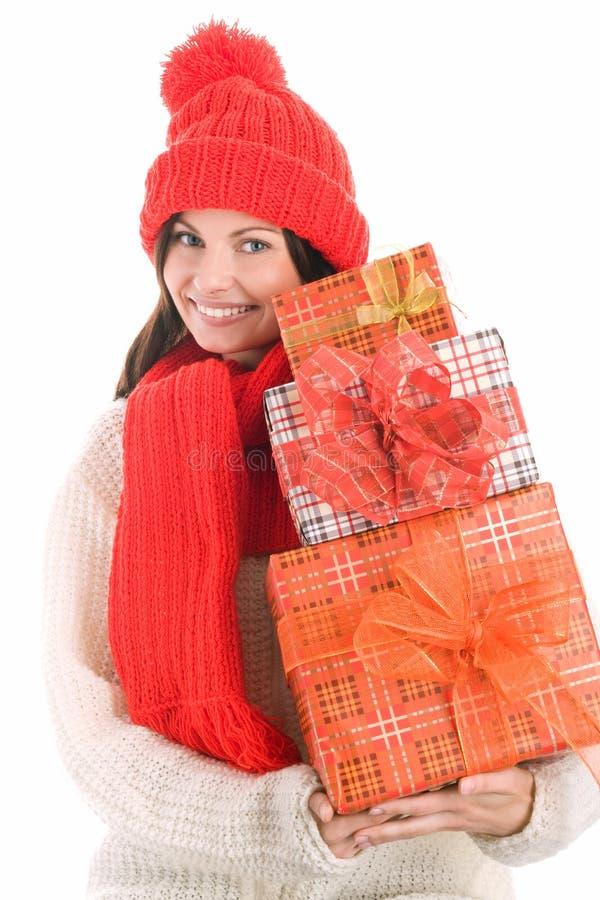 Frau, die das Lächeln mit drei Geschenken anhält lizenzfreie stockfotografie
