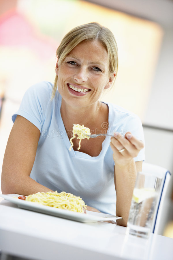 Frau, die das Mittagessen an einem Kaffee isst stockbilder