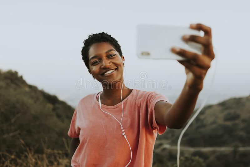 Frau, die das Nehmen eines selfie macht stockfoto