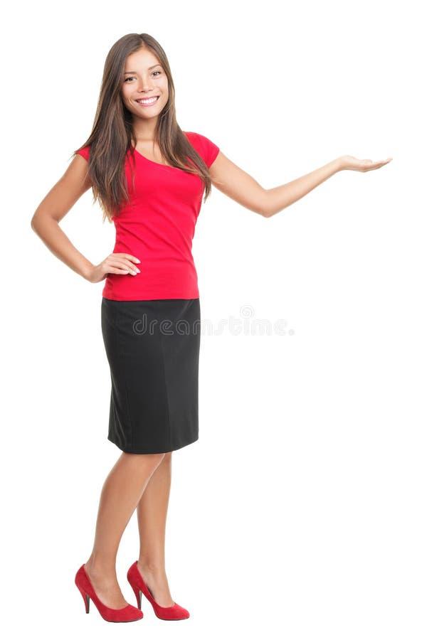 Frau, die das Produkt getrennt auf Weiß darstellt stockfotografie