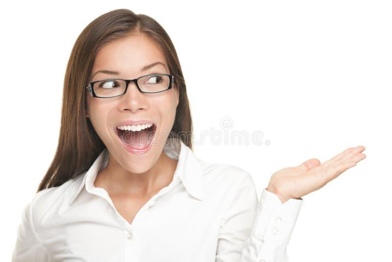 Frau, die das Produkt zeigt (Exemplarplatz) getrennt stockfotos