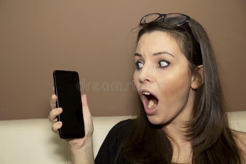 Frau, die das Telefon betrachtet lizenzfreie stockfotografie