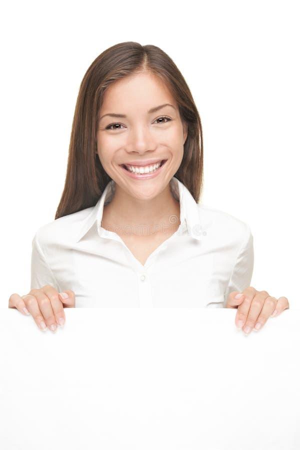 Frau, die das weiße Zeichen getrennt zeigt stockfotos