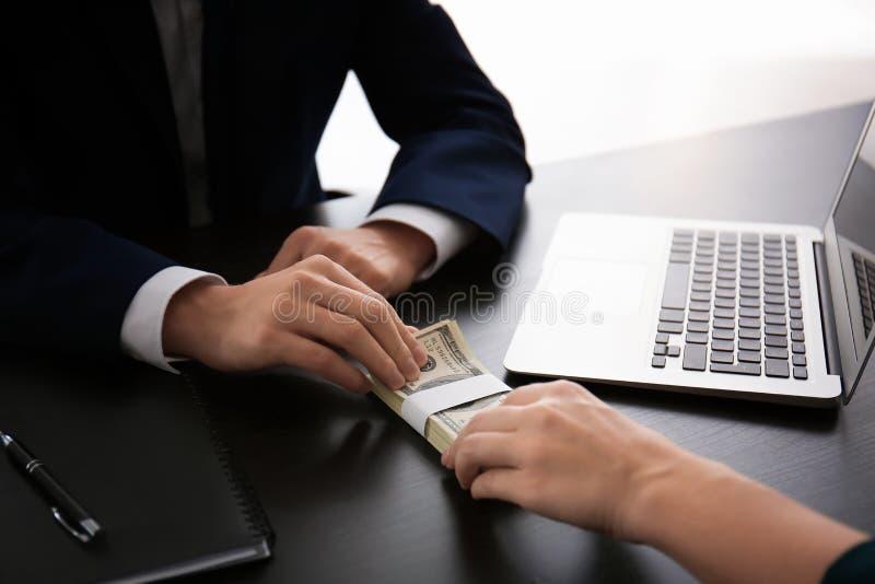 Einem mädchen geld geben im dating