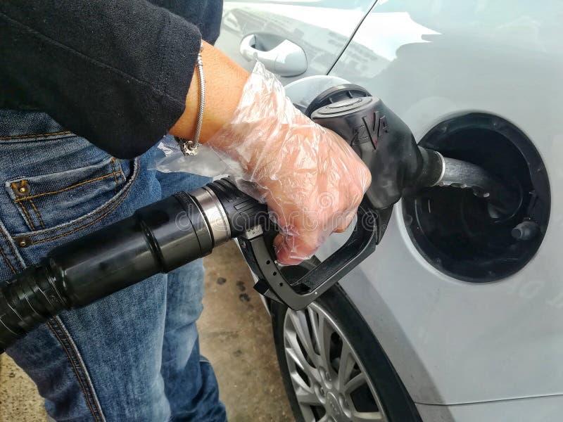 Frau, die den Benzinautobehälter wieder tankt lizenzfreie stockbilder