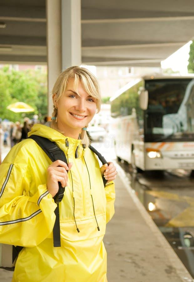 Frau, die den Bus wartet lizenzfreies stockbild