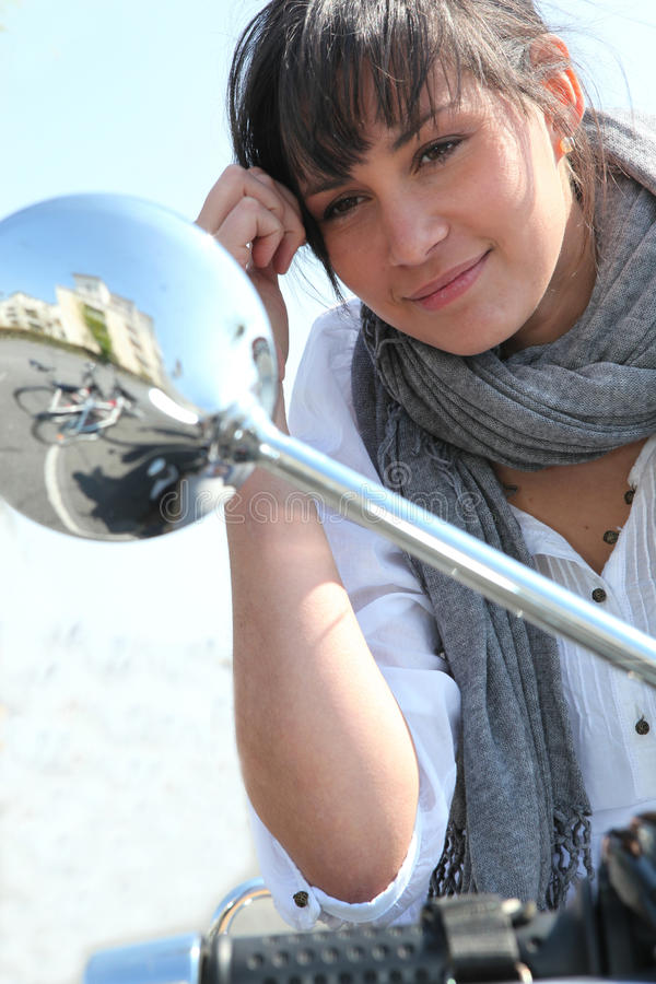 Frau, die den Flügelspiegel untersucht lizenzfreie stockfotos