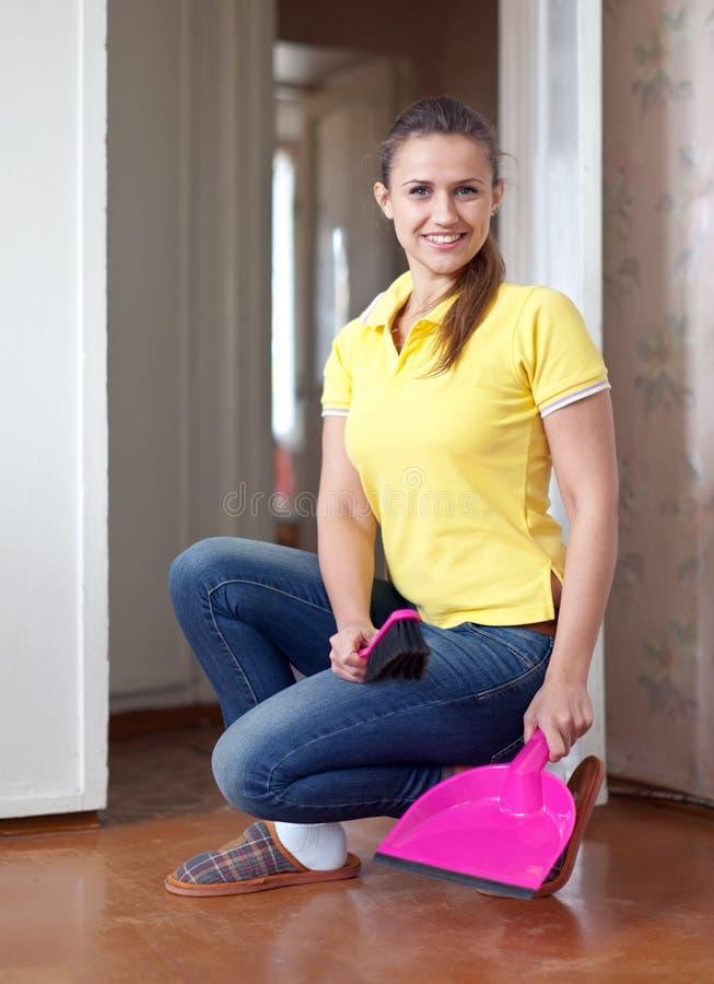 Frau, die den Fußboden fegt lizenzfreies stockfoto