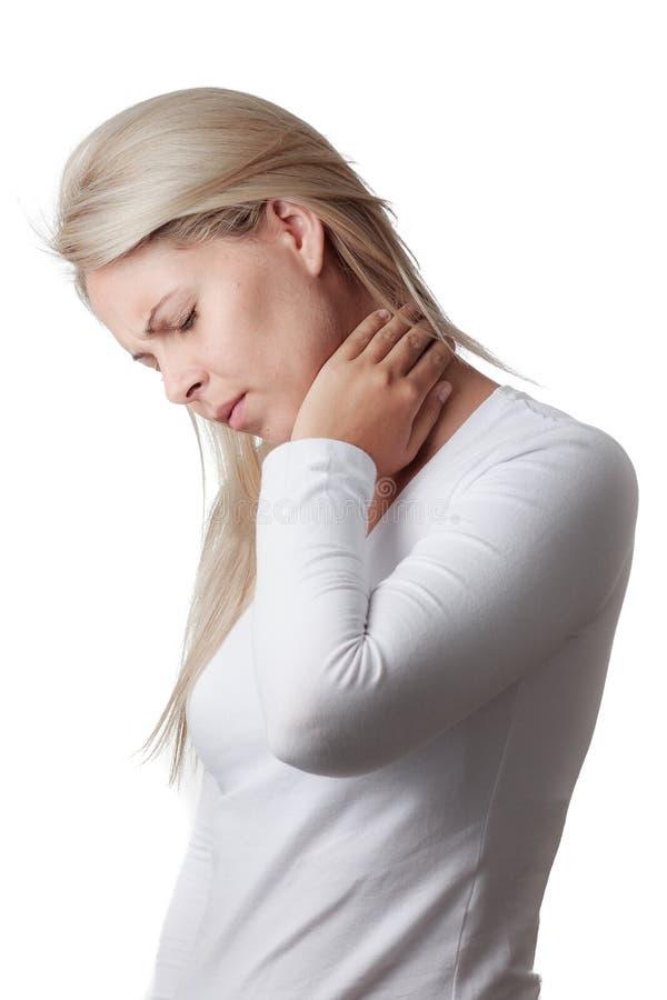 Frau, die den Hals lokalisiert auf weißem Hintergrund hält lizenzfreies stockfoto