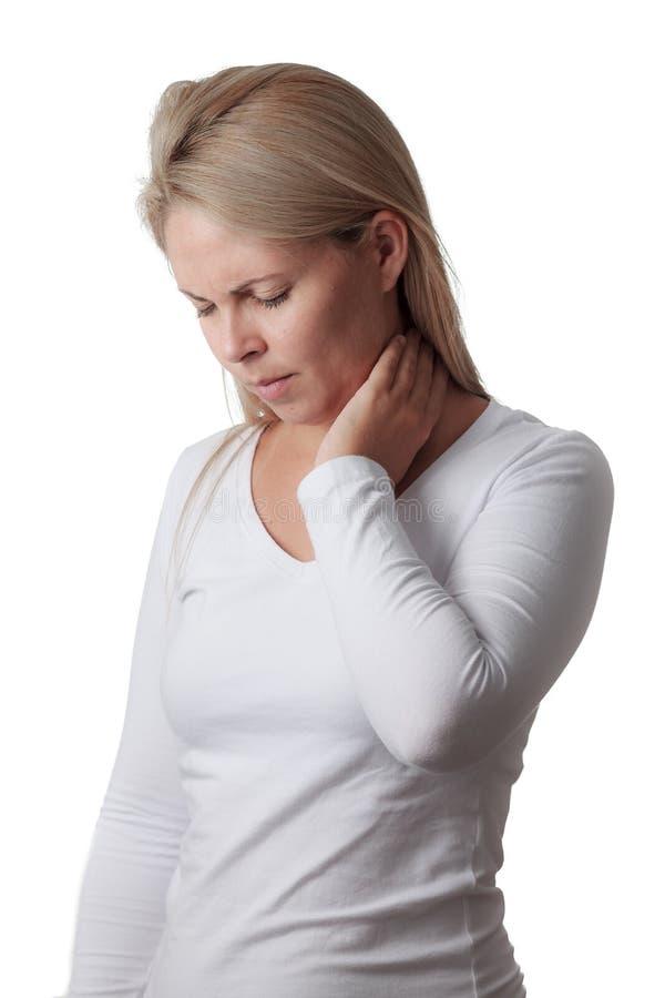 Frau, die den Hals lokalisiert auf weißem Hintergrund hält Wunde Kehle lizenzfreie stockfotos