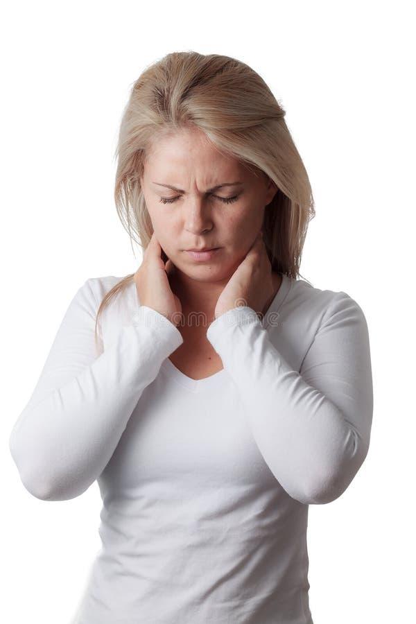 Frau, die den Hals lokalisiert auf weißem Hintergrund hält Wunde Kehle stockbilder