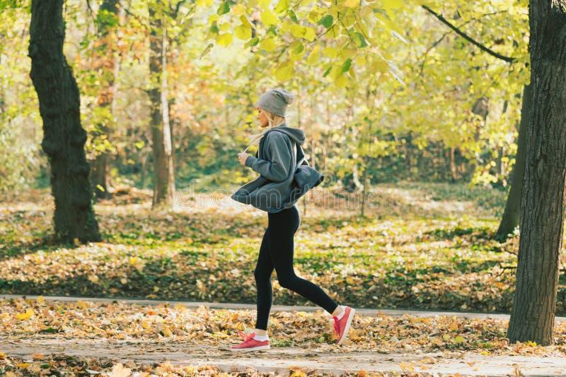 Frau, die in den Herbstpark läuft Gesunder Lebensstil stockbild