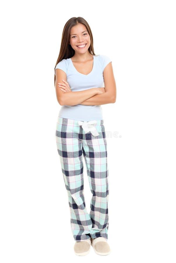 Frau, die in den Pyjamas steht stockfotografie