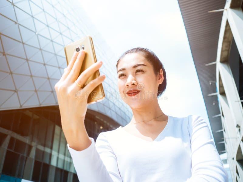 Download Frau, Die Den Smartphone Im Freien Verwendet Stockfoto - Bild von netz, aufflackern: 90236484