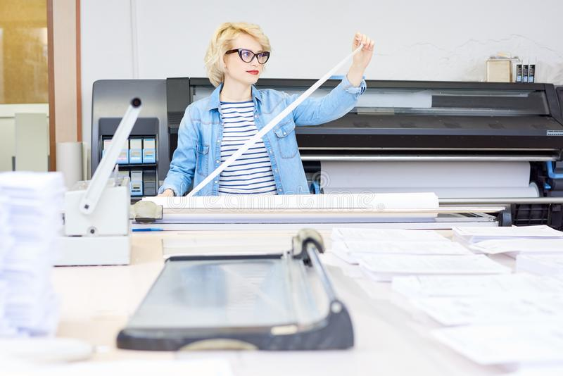 Frau, die in der Druckerei arbeitet stockfoto