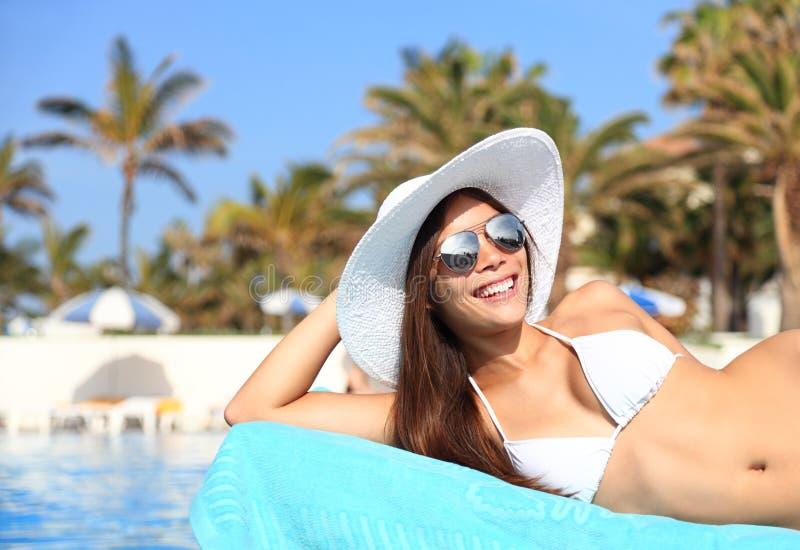 Frau, die an der Feiertagsrücksortierung ein Sonnenbad nimmt stockfotos