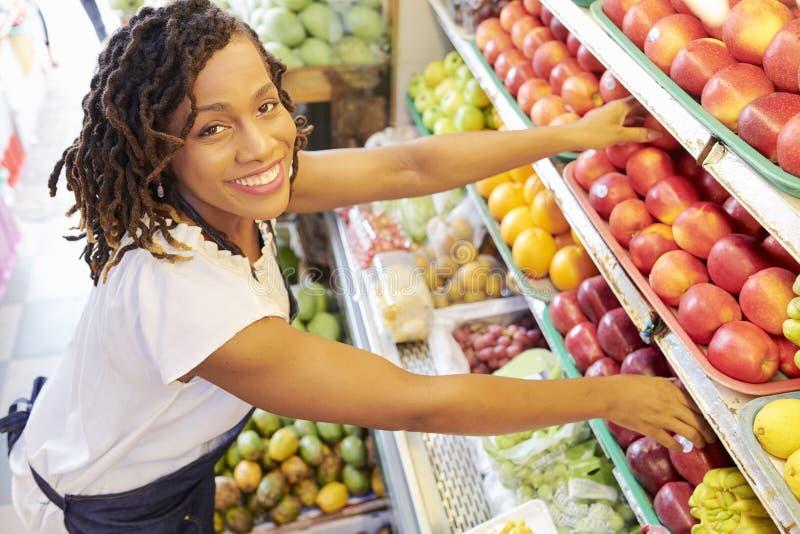 Frau, die an der Fruchtabteilung arbeitet stockfoto