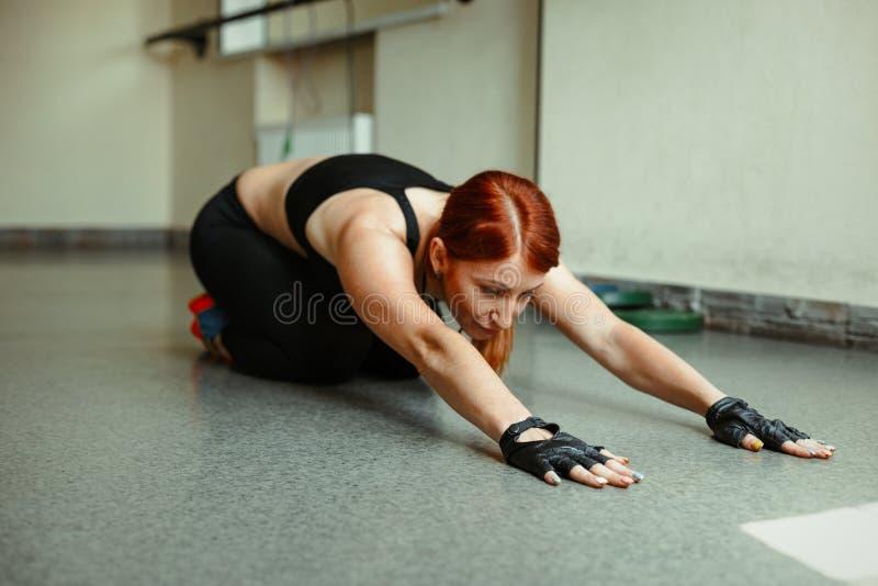 Frau, die in der Gymnastik trainiert lizenzfreies stockfoto