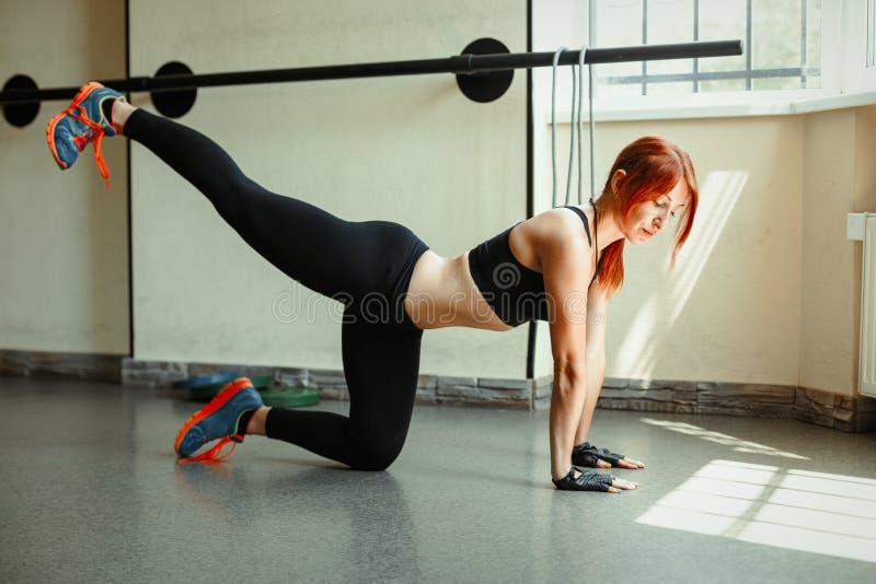 Frau, die in der Gymnastik trainiert stockfotos