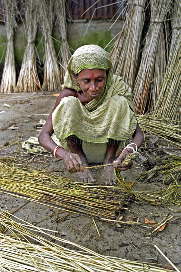 Frau, die in der Jutefaserindustrie, Tangail, Bangladesch arbeitet lizenzfreies stockbild
