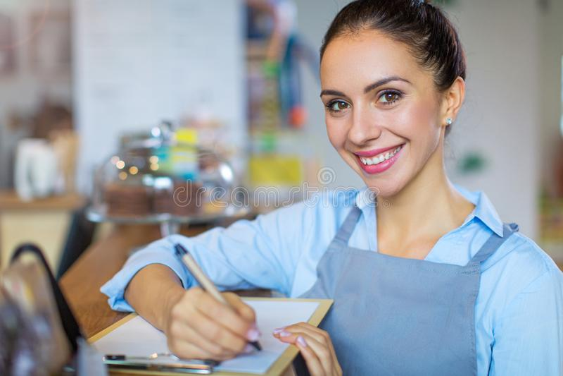 Frau, die in der Kaffeestube arbeitet lizenzfreie stockfotos