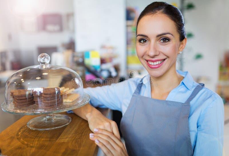 Frau, die in der Kaffeestube arbeitet lizenzfreie stockfotografie
