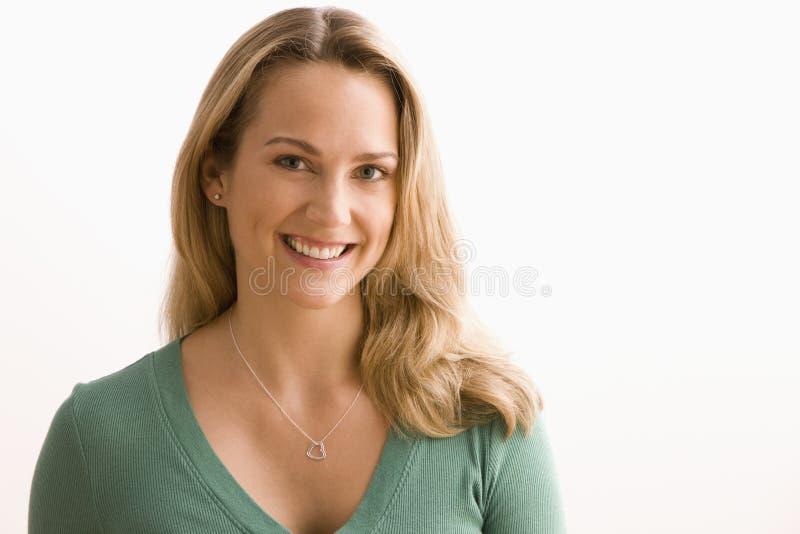 Frau, die an der Kamera lächelt stockbilder