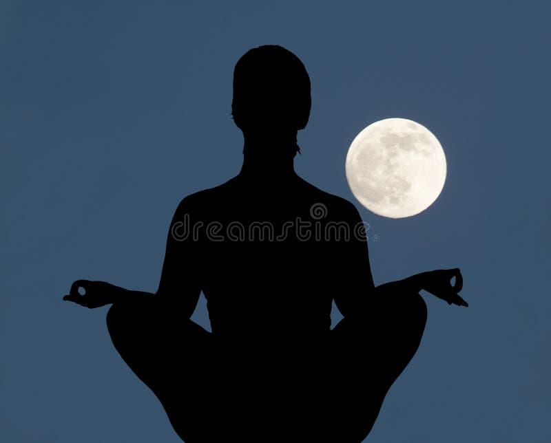 Frau, die in der Lotoshaltung meditiert lizenzfreie stockfotografie