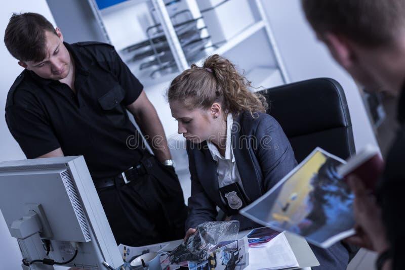 Frau, die in der Polizei arbeitet lizenzfreie stockfotografie