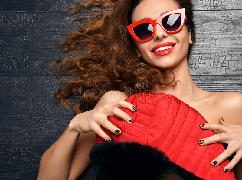 Frau, die in der Sommermodesonnenbrille lacht rote Lippen und w liegt stockfoto