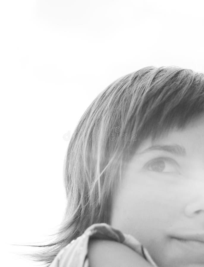 Frau, die in der Sonne lächelt lizenzfreie stockfotografie