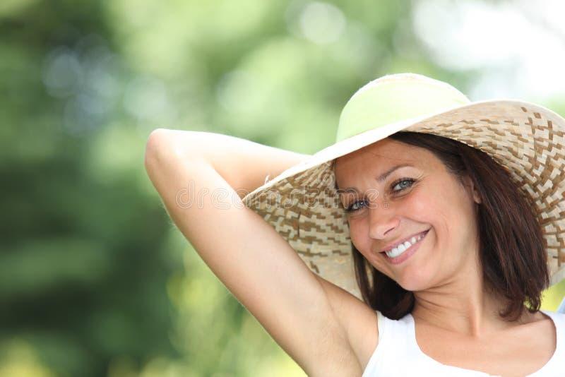 Frau, die in der Sonne sich entspannt lizenzfreie stockfotografie