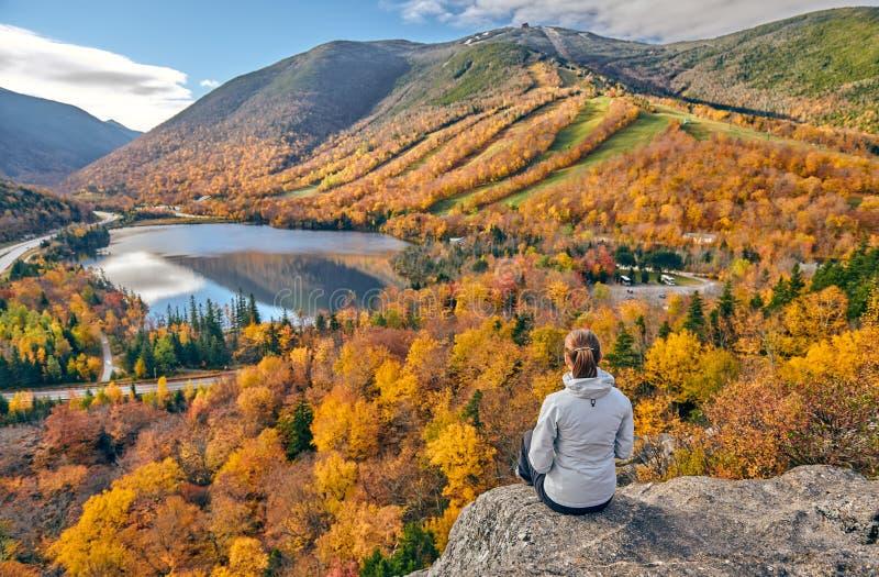 Frau, die an der Täuschung des Künstlers im Herbst wandert stockfoto