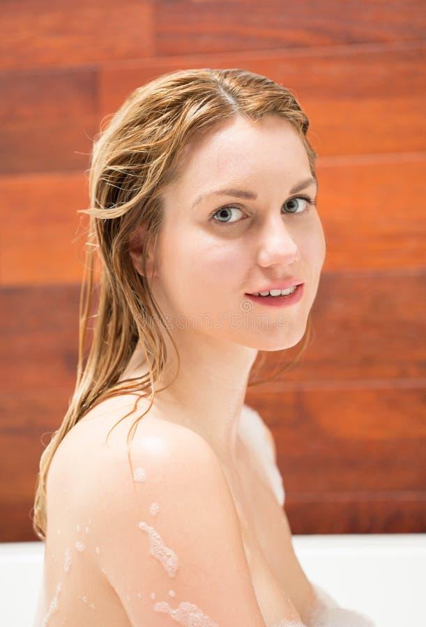 Frau, die in der Wanne badet lizenzfreie stockfotos